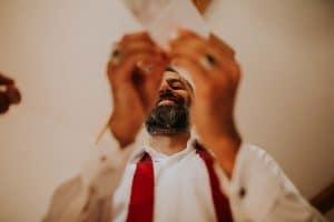 un témoin aidant un marié à se préparer
