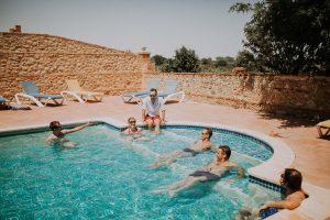 un mariage avec une belle piscine à Toulouse