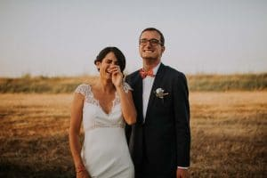 des mariés qui rigolent avec leur photographe de Toulouse