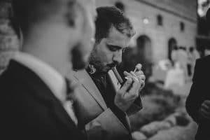 une homme qui fume le cigare lors d'un mariage