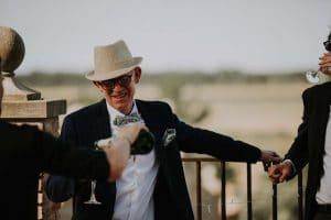 un homme prenant une coupe de champagne