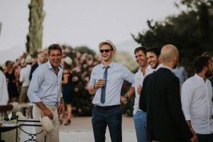 des invités qui rigolent pendant le vin d'honneur
