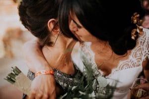 une mariée qui embrasse sa mère