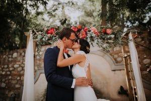 des mariés qui s'embrassent pendant une cérémonie laïque