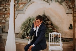 un marié qui pleure pendant la cérémonie