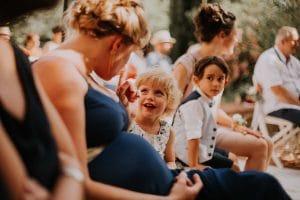une enfant lors d'une cérémonie de mariage