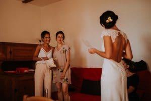 des témoins qui écoutent une mariée qui chante