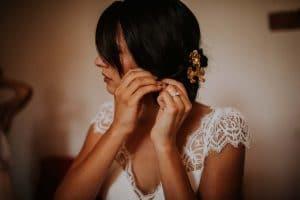 une jeune mariée qui se prépare avant la cérémonie laïque