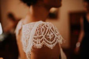 un détail d'une robe de mariée toulousaine
