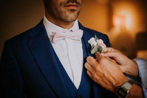 une boutonnière d'un marié