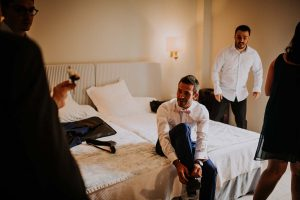 des témoins dans la chambre du marié