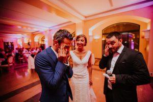 un marié qui pleur lors d'un discours