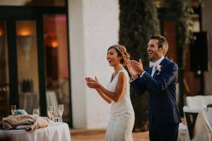 un couple de mariés heureux