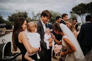 un bébé pendant un mariage