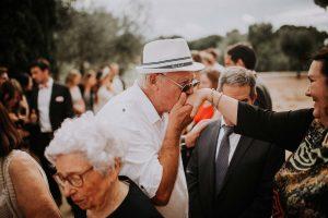 un monsieur avec son chapeau de mariage