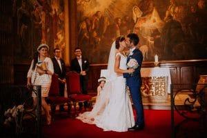 des mariés qui s'embrassent à l'église