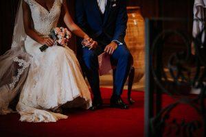 des mariés qui se marient à l'église