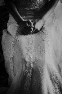 les détails d'une robe de mariée
