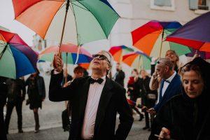 les invités du mariage avec un parapluie