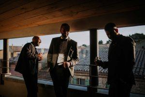 les témoins en costume sur une terrase