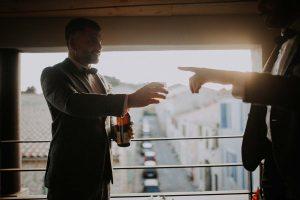 des mariés qui boivent du whisky