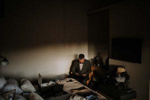 un marié toulousain dans sa chambre