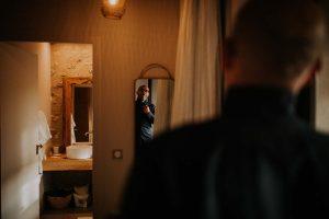 un jeune marié se regardant dans le mirroir