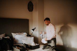 un photographe à Toulouse prenant en photo un marié