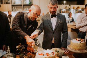 des mariés qui coupent un gâteau