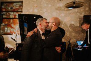 des mariés qui s'embrassent