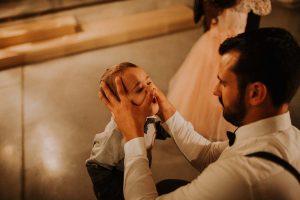 un enfant qui joue avec son père