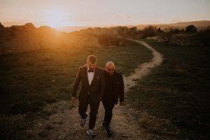 des mariés qui se ballade au coucher de soleil