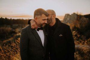 un couple gay qui s'embrasse