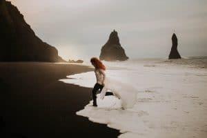 une toulousaine courant sur une plage