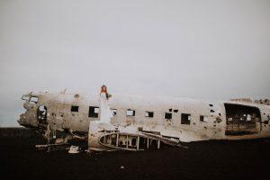 une mariée sur carcasse d'avion en Islande