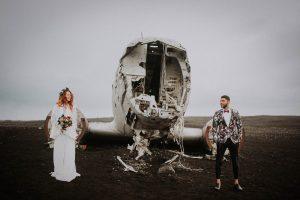 des mariées devant une carcasse d'avion