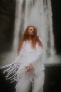 une mariée devant une cascade en Islande